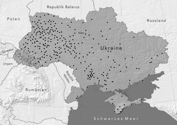 Karte der heutigen Ukraine mit Städten und Dörfern, in denen von 1941 bis 1943 jeweils 500 oder mehr Juden erschossen wurden. Es handelt sich allein in dieser Dimension um 300 Orte. Hinzu kommen hunderte weitere Massenerschießungsorte.