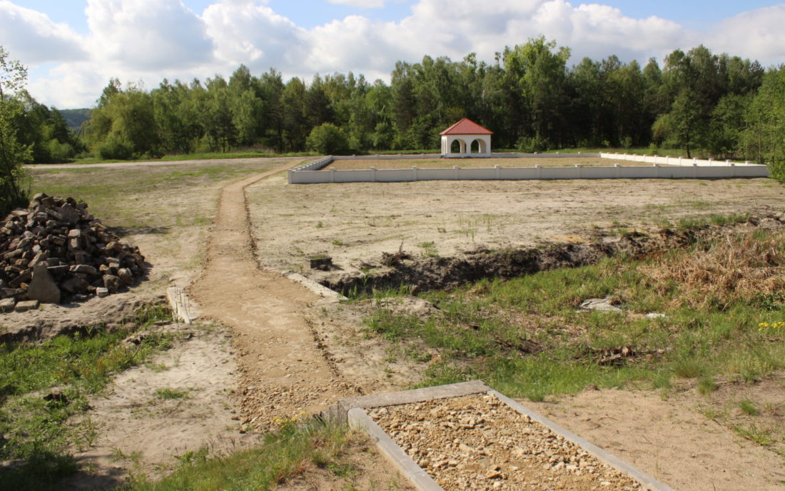 View of the protected mass grave in Rava-Ruska, May 2014