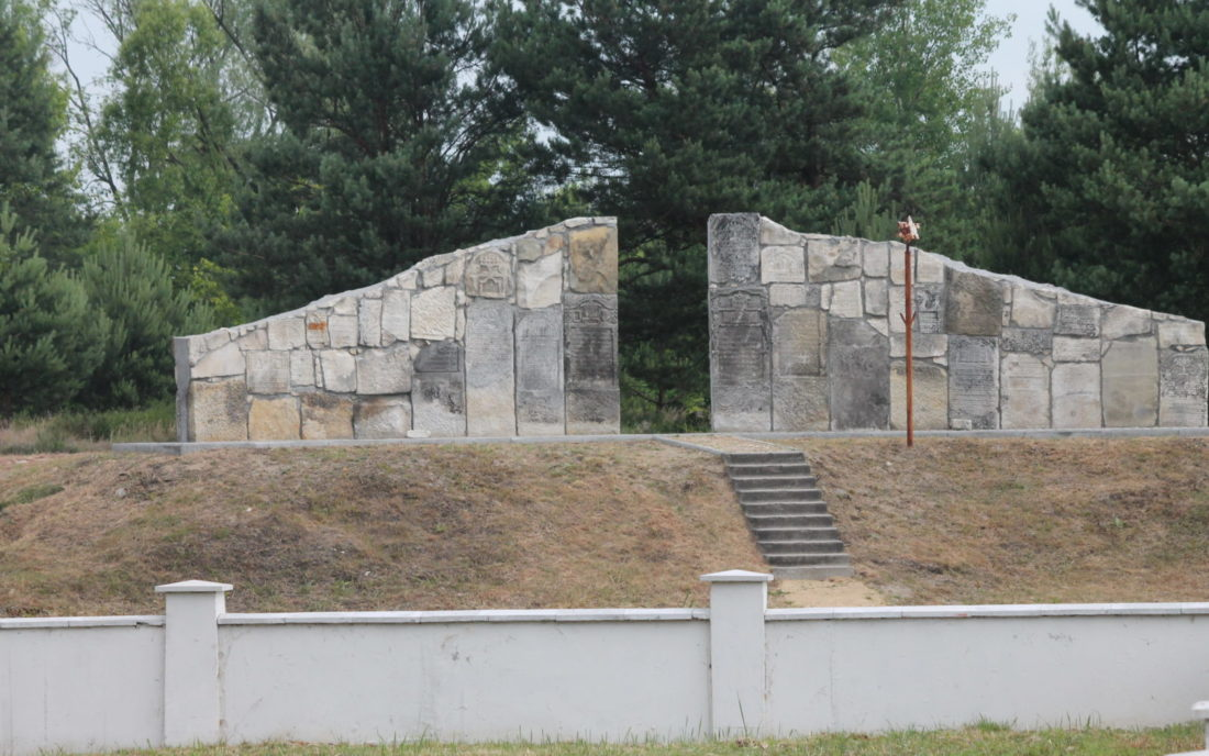 »Wall of Remembrance« at the entrance to the former New Jewish Cemetery in Rava-Ruska, June 2015