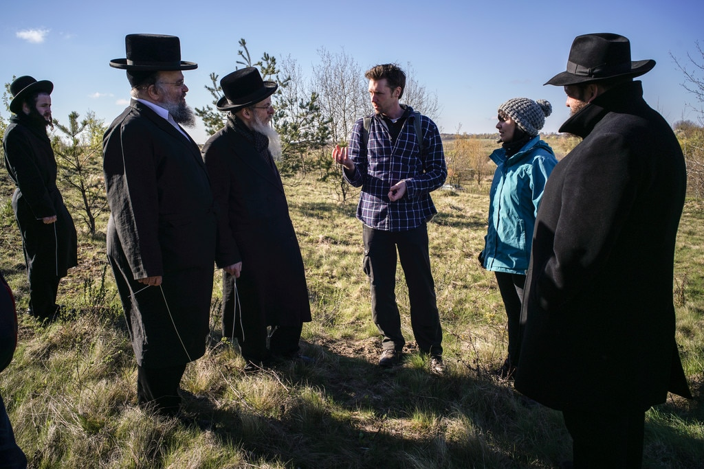 Archaeologist Kevin Colls in discussion with a group of rabbis, April 2017
