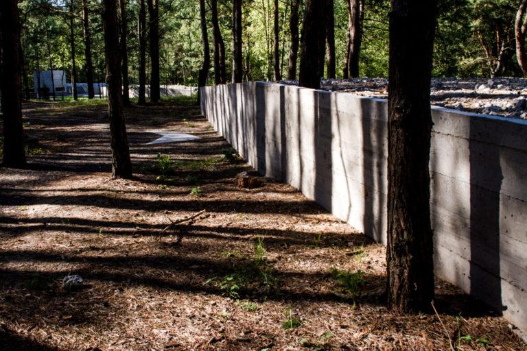 Die Mauer zum Schutz der Gräber ragt bis zu einem Meter in die Höhe, Gedenkort in Prochid, Juli 2015