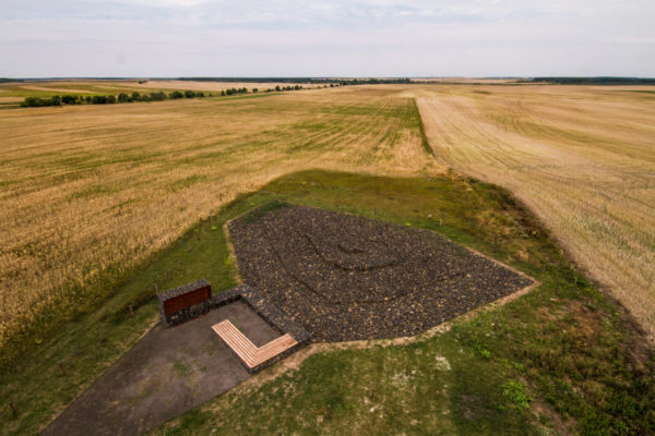 Der Gedenkort liegt mitten in einem Feld, Juli 2015
