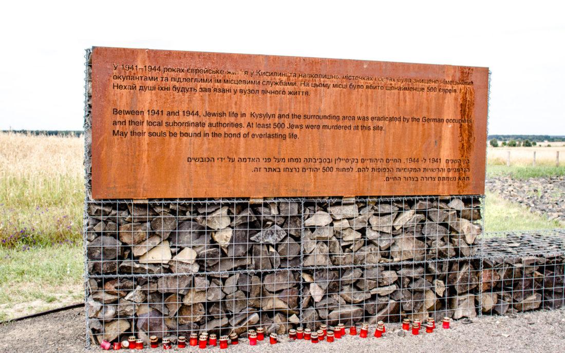 Dreisprachige Gedenktafel in Kysylyn, Juli 2015