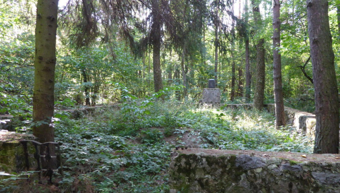 Massengrab im Wald bei Wachniwka