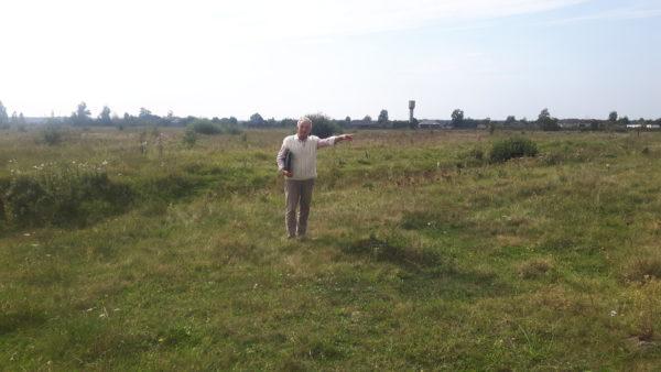 In den 1970-er Jahren wurde der Hügel des Massengrabes mit Baggern eingeebnet und alle Spuren ausgelöscht. Yakiv Gryschuk zeigt die vermutete Lage des Massengrabes, September 2018.