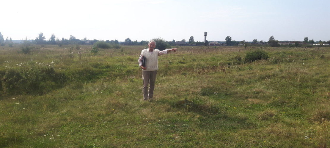 The hill containing the mass grave was leveled by bulldozers in the 1970s, thereby destroying all traces of it. Yakiv Hryshchuk points out the presumed location of the mass grave, September 2018.