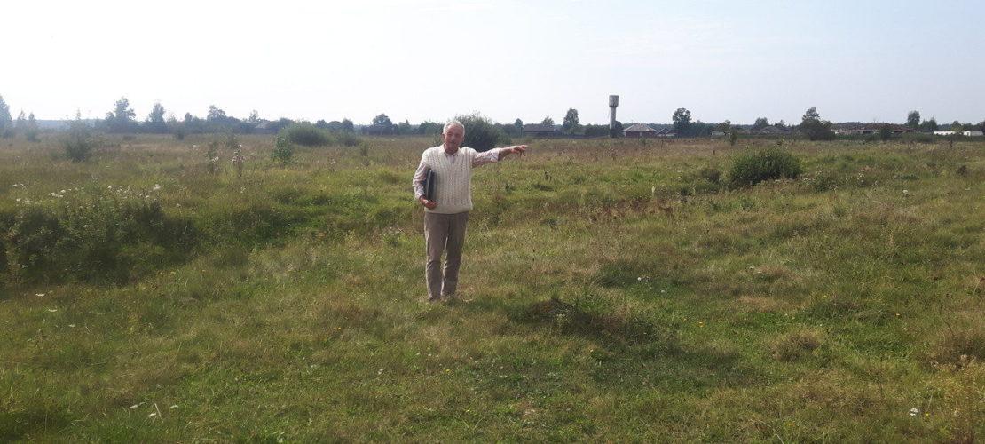 У 1970-х роках пагорб масового поховання зрівняли екскаваторами, знищивши всі його сліди. Яків Грищук показує ймовірне місце розташування масового поховання, вересень 2018.