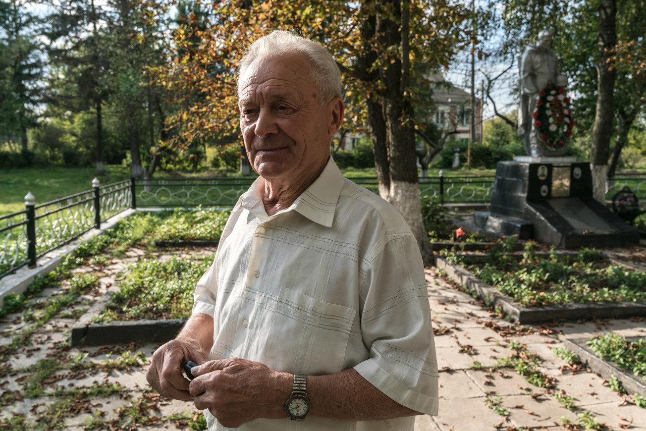 Deonyzij Sovynskyj – am Grab der Roma – beobachtete als Kind, wie die Roma zur Zuckerfabrik geführt und erschossen wurden, September 2018.
