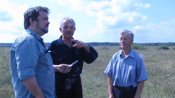 Mykhaylo Tyaglyy, Wissenschaftler am Ukrainischen Zentrum für Holocaust-Studien, im Gespräch mit zwei Lokalaktivisten, August 2017.