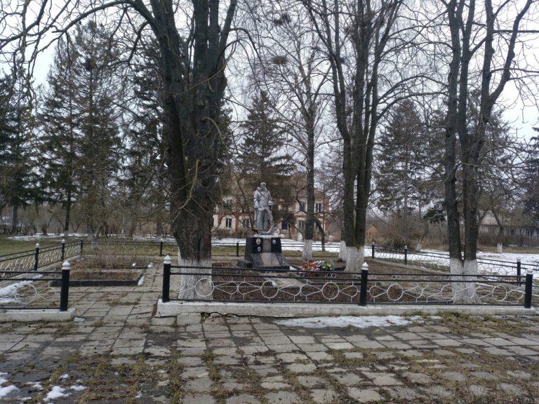 Die menschlichen Überreste der auf dem Gelände der Zuckerfabrik Ermordeten wurden in den 1960er Jahren mit einer öffentlichen Trauerfeier in den Park vor der Zuckerfabrik umgebettet. Hier befand sich bereits ein Grab der gefallenen sowjetischer Soldaten, März 2018.