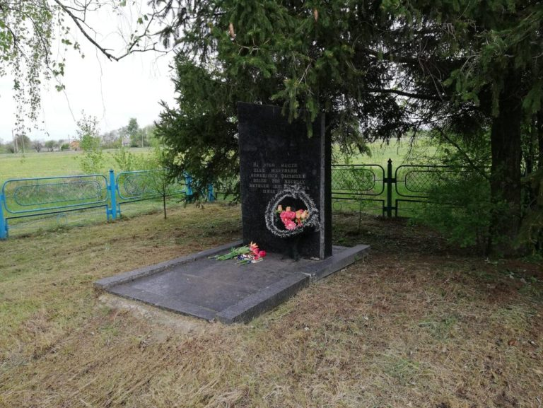 Erst im April 1991 wurde dort ein Gedenkstein aufgestellt. Die russischsprachige Widmung verschweigt die jüdische Identität der Opfer, Mai 2019.