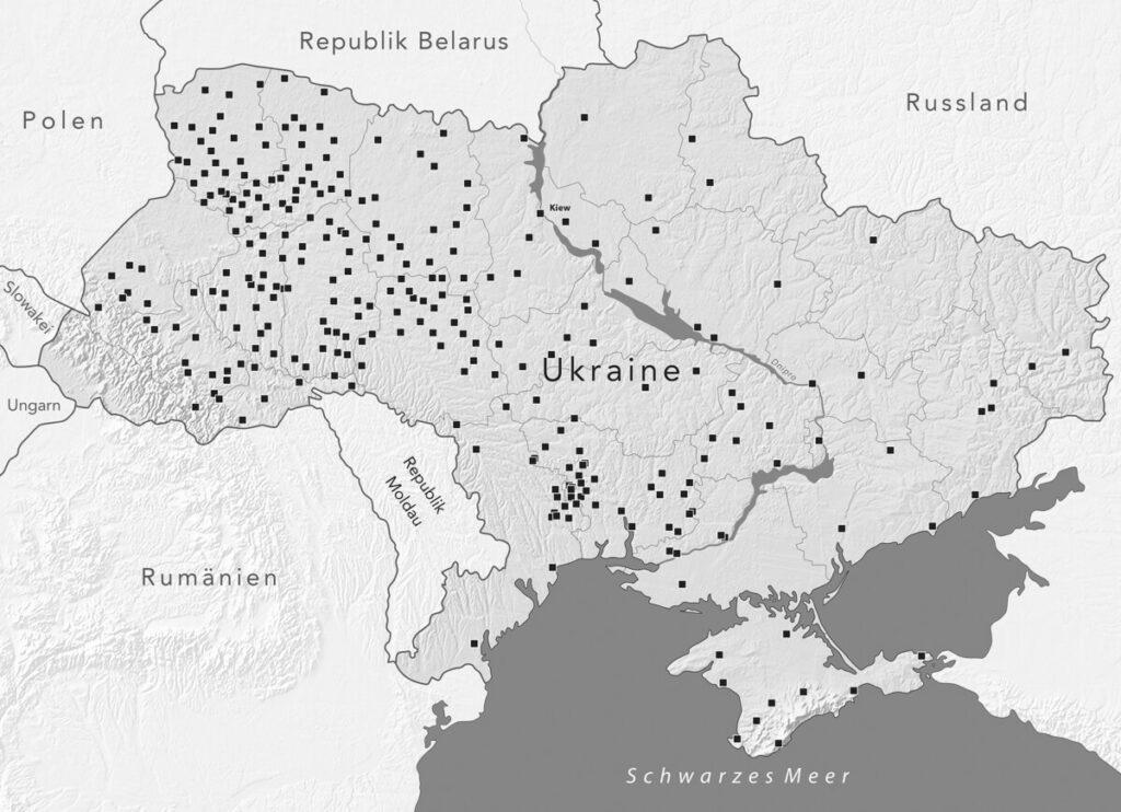 Karte der heutigen Ukraine mit 300 Städten und Dörfern, in denen von 1941 bis 1944 jeweils 500 oder mehr Juden erschossen wurden. Massenerschießungen fanden darüber hinaus in zahlreichen weiteren Gemeinden statt. Inhalte: Andrej Umansky/Alexander Kruglow, Gestaltung: mr-kartographie, Gotha